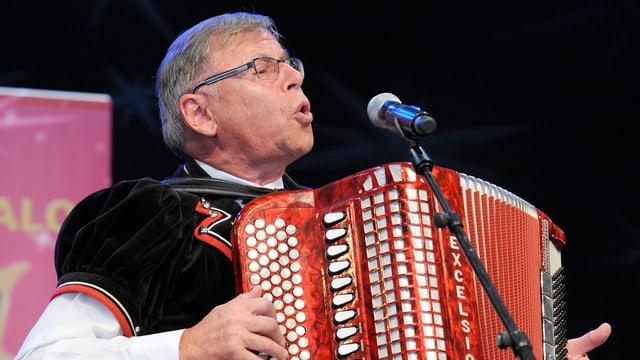 Franz Stadelmann singt und spielt Akkordeon.