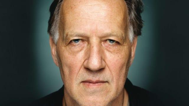 Werner Herzogschaut mit ernstem blick direkt in die Kamera