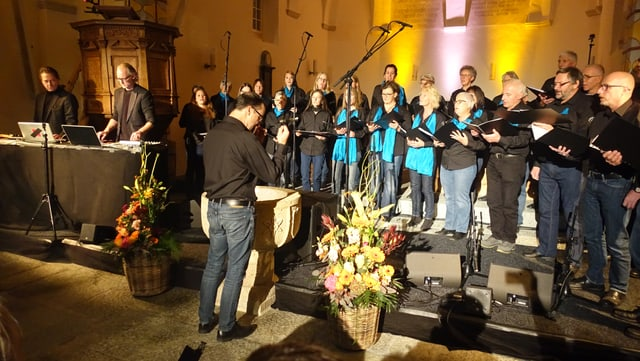 Las chantaduras ed ils chantadurs en acziun cun il DJ Dorfmeister e l'organist Rupert Huber.
