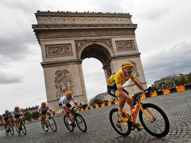 Chris Froome auf den Champs-Élysées.