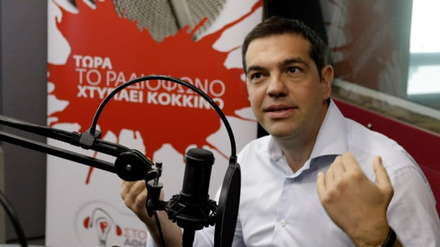 Il primminister grec, Alexis Tsipras durant ina intervista da radio.