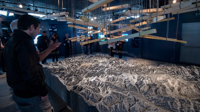 Besucher vor dem Gotthardmassiv an der Weltausstellung.