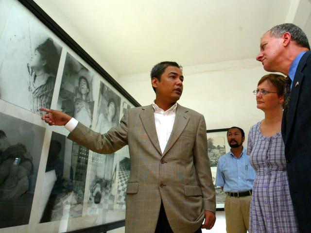 Chhang zeigt Bilder, die die Verbrechen der Roten Khmer dokumentieren.