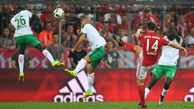 Bayerns Xabi Alonso gelingt der erste Treffer der BL-Saison 2016/17.