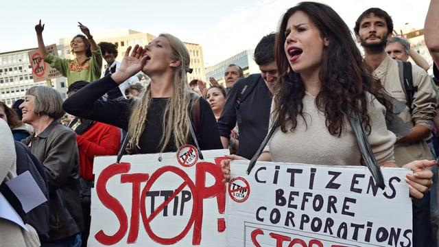 Zwei Frauen mit Transparenten gegen den TTIP.
