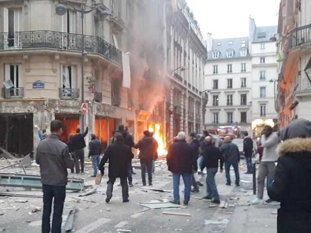 Schaulustige vor der brennenden Bäckerei in der Rue de Trévise.