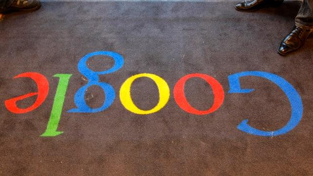 Ein Teppich mit eingeknüpften Buchstaben «Google» in verschiedenen Farben.