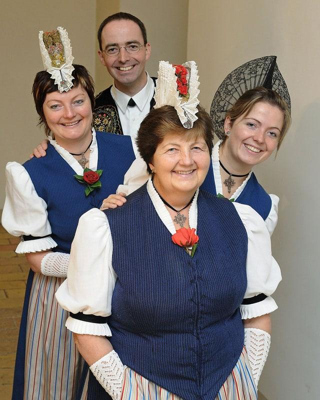 Gruppenbild mit drei Jodlerinnen und einem Jodler.