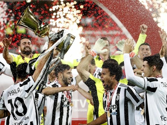 Die Juve-Spieler feiern ausgelassen mit dem Pokal.