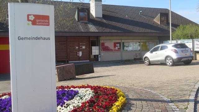 """Schild """"Gemeindehaus"""" vor Haus."""