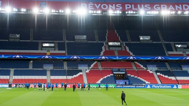 Blick auf die leeren Ränge des Fussballstadions mit dem FC Basel auf dem Rasen.
