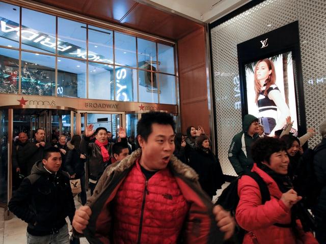 Konsumenten strömen zum Black Friday in das Kaufhaus Macy's in Manhattan, New York.