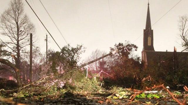Umgestürzter Baum neben Kirche