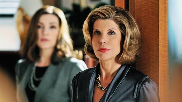 Zwei edel gekleidete Frauen in einem Anwaltsbüro.