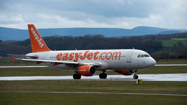 Ein Easyjet-Flugzeugt rollt über eine Landebahn am Flughafen.