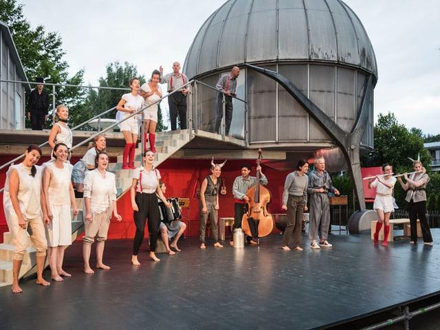 Alle singen auf der Bühne.