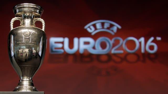Der Pokal zur Europameisterschaft in Frankreich.