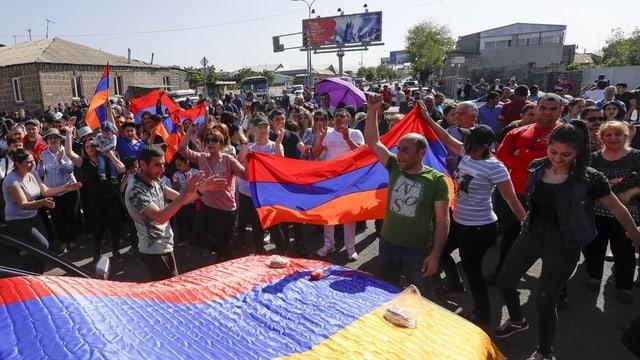 Demonstrierende mit Armenien-Fahne in Eriwan.