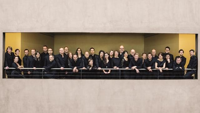 Das Kammerorchester Basel – eine Gruppe von über 30 Musiker und Musikerinnen – posiert auf einer Terrasse.