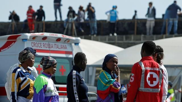 Migranten und Flüchtlinge werden nin Catania medizinisch untersucht. (reuters)