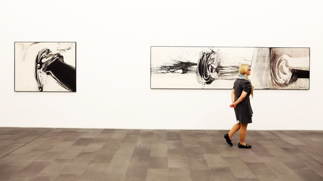 Besucherin einer Retrospektive zum 100. Geburtstag von Götz in Duisburg.