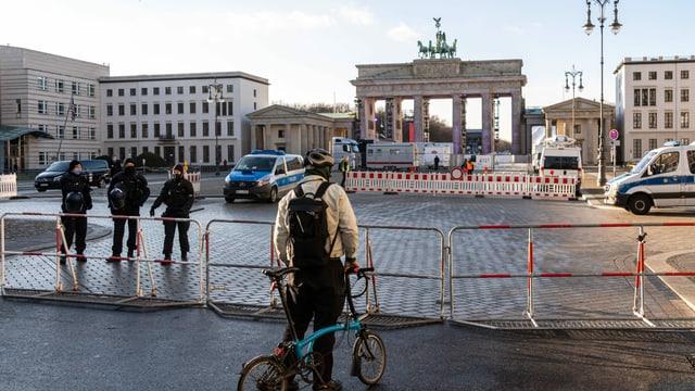 Die Umgebung rund um das Brandenburger Tor ist weiträumig abgesperrt. Es findet dort an Silvester eine Fernsehshow ohne Publikum Stadt.
