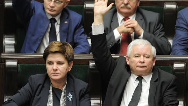 Polens Regierungschefin Beata Szydlo während der Debatte mit PiS-Chef Jaroslaw Kaczynski.
