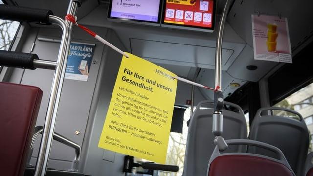 Absperrband in einem Bus.