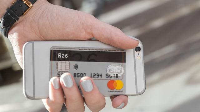 Smartphone mit Bankkarte.