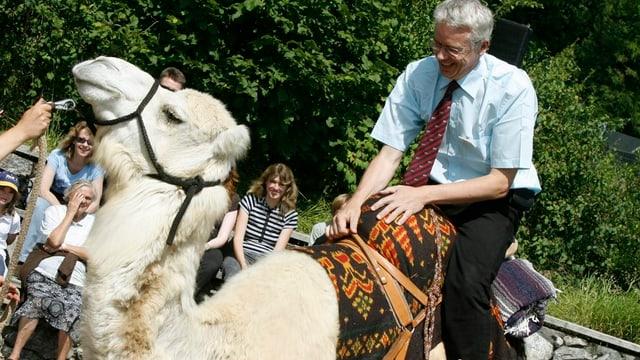 Zoodirektor Alex Rübel auf einem Kamel