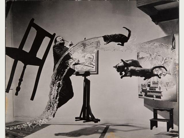 Surreale Situation mit fliegendem Stuhl, fliegenden Katzen, einem Wasserstrahl und dem springenden Dali vor einer Staffelei.