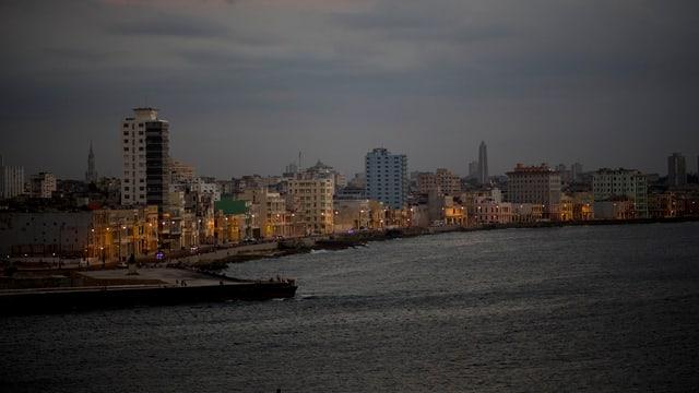 Die Uferpromenade Malecón in Havannas Altstadt im Abendlicht