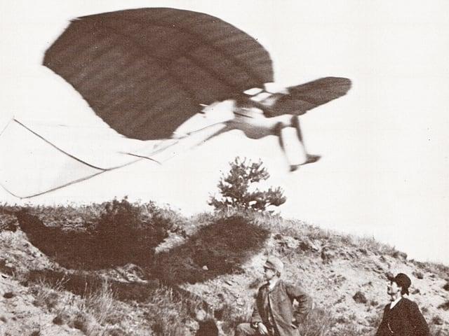 Schwarz-Weiss-Aufnahme mit Otto Lilienthal in einem seiner Gleitflieger.