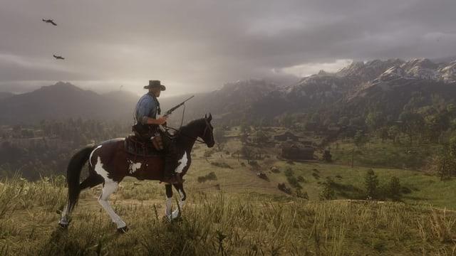 Das Bild zeigt einen Cowboy auf einem Pferd vor einer hügeligen Landschaft.