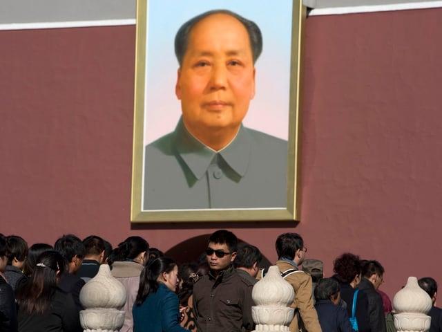Ein grosses Porträt von Mao Tsetung.