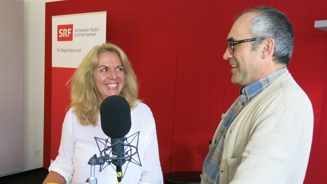 SRF-Redaktorin Vanda Dürring im Gespräch mit Pfarrer Franz Sabo