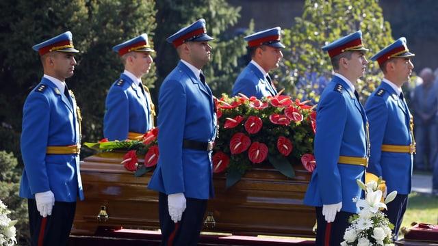 Die Ehrengarde trägt den Sarg von Titos Witwe.