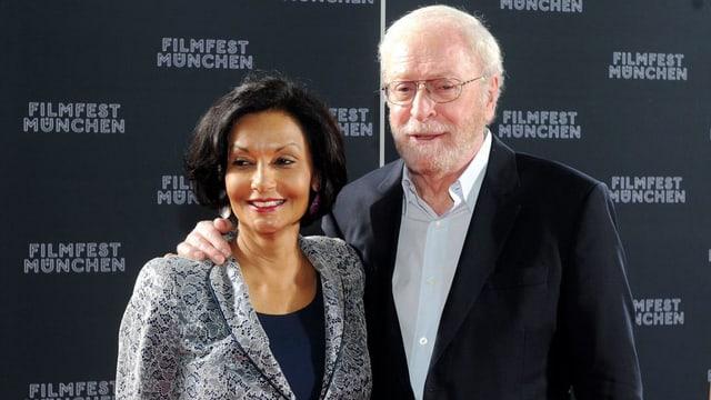 Eine Frau und ein Mann posieren für die Kamera