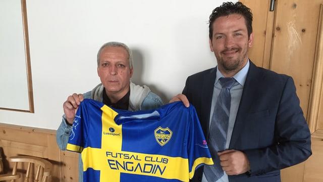 Il trenader Fernando José Madeira ed il president Daniel Ricardo Rodrigues cun il nov dress dal «Futsal club Engadin».