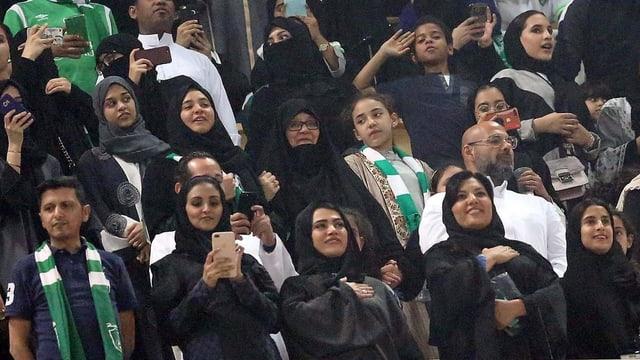 Frauen durften ins Stadion.