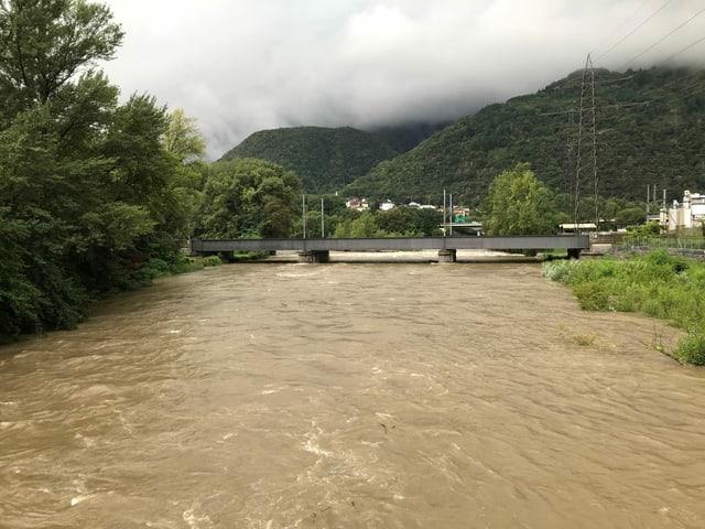 Fluss mit braunem Hochwasser