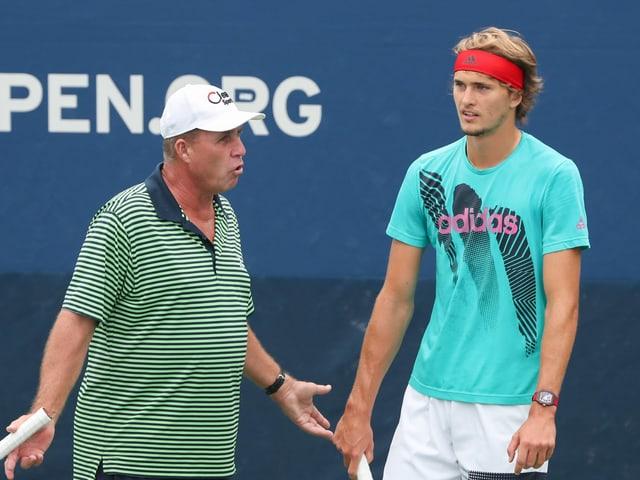 Ivan Lendl gibt Alexander Zverev auf dem Trainingsplatz Ratschläge.