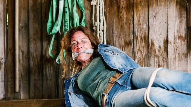 Barbara Terpoorten von der Sendung «Bestatter» leigt gefesselt und geknebelt mit blutverschmiertem Gesicht am Boden.