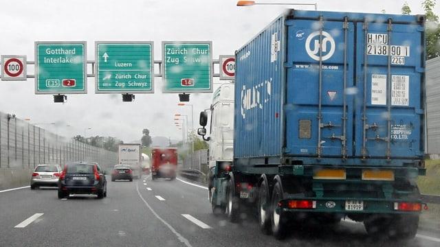Ein Lastwagen unterwegs Richtung Gotthard.