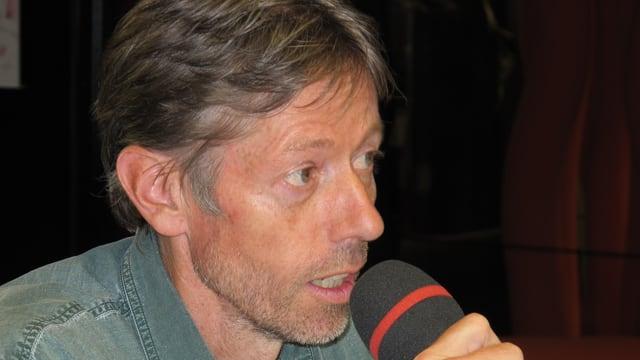 Diskussionsteilnehmer Bosshard spricht in ein Mikrofon.