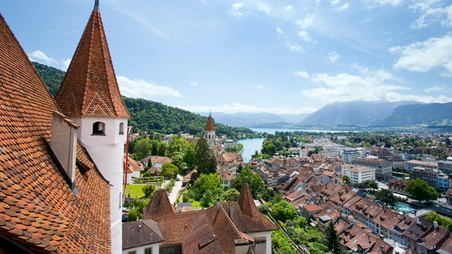 Das Schloss Thun, im Hintergrund die Stadt und der See.