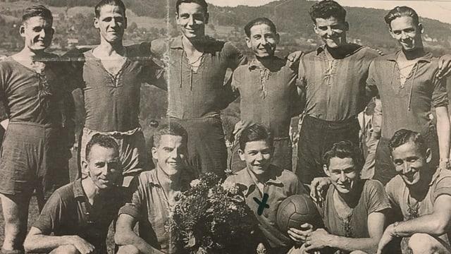 Bild aus einer Zeitung: Fussballmannschaft FC Schattdorf vor 75 Jahren.