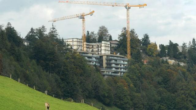 Bürgenstock Resort mit Baukränen.