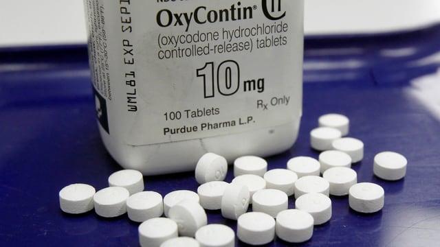 Pillen vor einer Dose OxyContin.