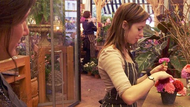 Innenansicht eines Blumenladens, in dem Schnupper-Lehrling Jennifer einen Strauss steckt.
